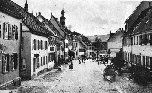 1900, Blickrichtung Süd, links die beiden Häuser, Bild: Stadtarchiv auf dem späteren Kirchplatz. Sie wurden 1966 abgerissen