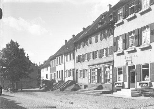 1930, Passage in der Hauptstraße links noch mit altem Marktbrunnen