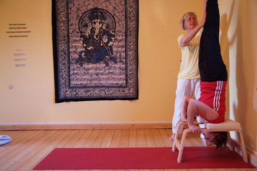 Yoga Studio Shanti Bergisch Gladbach Sand, Yoga-Lehrerin Gudrun WItte, Hatha Yoga, Shivananda Tradition, Kopfstand Hocker