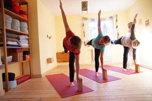Yoga Studio Shanti Bergisch Gladbach Sand, Yoga-Lehrerin Gudrun WItte, Hatha Yoga, Shivananda Tradition, Halbmond, Yogaklotzz