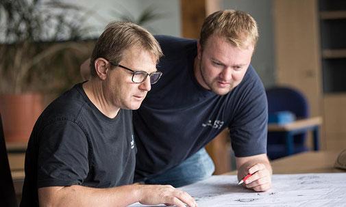 Unsere erfahrenen Ingenieure und Techniker der Saur GmbH konstruieren an 3D Solid Works-Arbeitsplätzen die Werkzeuge.