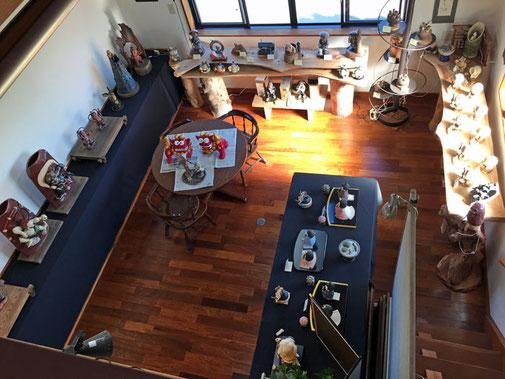 ギャラリー2階から1階を俯瞰