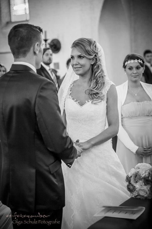 kirchliche Trauung, Kuss, Hochzeitsreportage Zweibrücken, Hochzeitsfotografin, Hochzeitsfotos, Brautpaar, Ja-Wort, romantische Hochzeit, Vintage, os-fotozauber, olga-schulz-fotografie, Olga Schulz, Eheversprechen