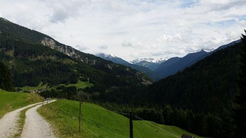 Abfahrt nach Rauth, im Hintergrund: schneebedeckte Lechtaler Alpen