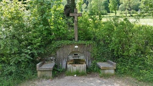Dieses Wegekreuz mit Brunnen begrüßt jeden Wanderer und Radler. Es steht an einem leicht ansteigenden Teersträßchen...
