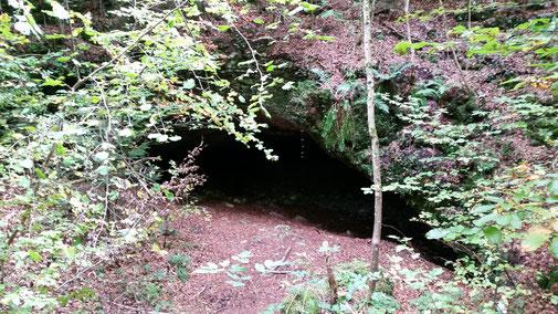 Die Einfahrt in den hohlen Stein... (Kopf runter)
