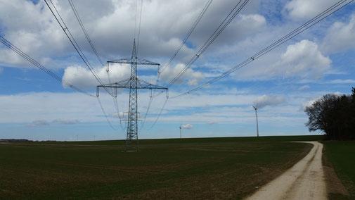 Wieviele Strommasten stehen da wohl hintereinander? (Es sind 16).