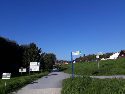 In der Ferne taucht schon die Kirche St. Nikolaus von Bad Abbach auf... Daneben ist der Heinrichsturm zu erkennen...