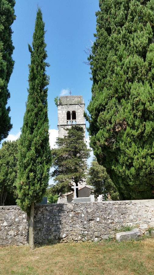 Mitten in der Pampa taucht dieser Friedhof mit Kirche auf...