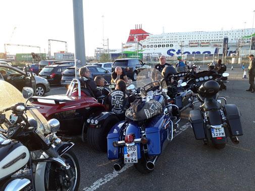 Vor und hinter uns fette Motorräder...