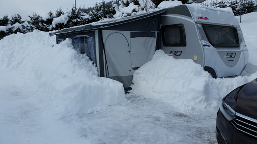 Vorzelt und Wohnwagen sind vom Schnee befreit...