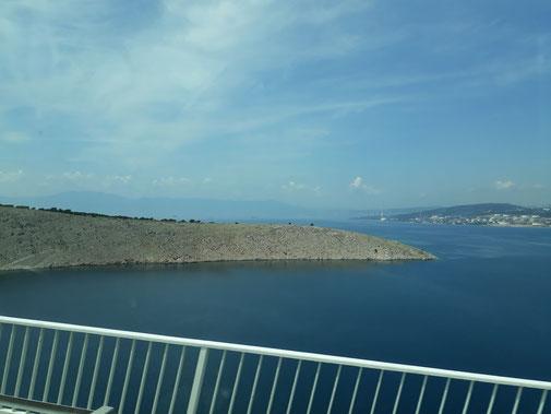 Über eine Brücke geht es auf die Insel Krk...