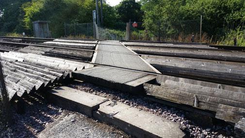 Der Wanderweg führt über ein Doppelgleis... ein Schild warnt: Hören - Schauen - Gehen (natürlich nur, wenn kein Zug kommt)...
