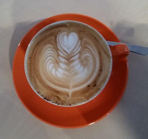 ...ok es ist einfach noch zu früh... Ich entscheide mich für eine leckere Tasse Kaffee (die Herzchen hat nicht jeder Kunde bekommen...)