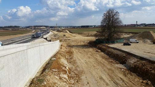 Dreifachbaustelle: Bahn Stuttgart-Ulm, Ausbau der Autobahn 3-spurig, Bahnhalt auf der Schwäbischen Alb bei Merklingen. Im Hintergrund: Merklingen