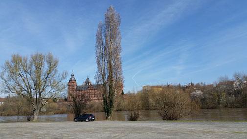 Aschaffenburg, Blick vom Radweg aufs Schloss