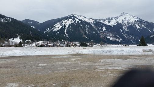 Blick vom ver(w)eisten Parkplatz (wo sind die Autos?) in RIchtung Nesselwängle (rs. Hahnenkamm Rückseite)