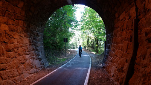 Tolle Tunnels - früher fuhren da wohl Züge durch...
