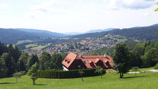 Blick von der St. Barbara Kapelle auf Bodenmais...