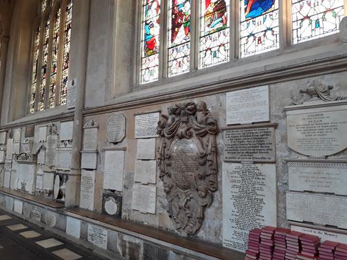Entlang der Wände sind 635 Gedenktafeln angebracht...