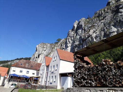 In Essing gibt es nicht viel Platz zwischen den Felsen und der Altmühl...