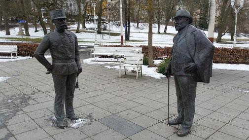 Zwei ehemalige Staatsmänner unterhalten sich immer noch im Kurgarten...