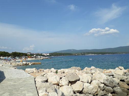 Am Strand sind die Steinbrocken kleiner und rund...