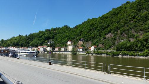 Die Donau noch ohne Inn... der trifft 100 m weiter links auf just jene...