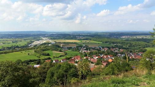 Blick vom Aichelberg (helle Fläche = Baustelle Eingang Sickenbühltunnel, Bahn)