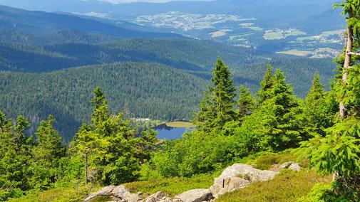 Blick vom Großen Arber auf den Kleinen Arber See...