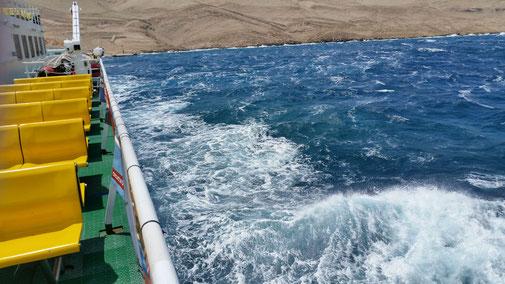 Eine Fähre bringt uns wieder ans Festland... Die aufgewühlte See lässt erkennen, dass das keine ruhige Überfahrt war...