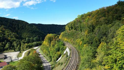Rechts der Albaufstieg der Bahn, links daneben die Bundesstraße...