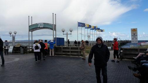 Die Seebrücke in Binz. Guck dir den Kerl im Vordergrund an - das ist der einzige, der nicht friert...