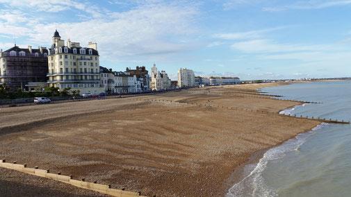 Eastbourne - der Strand ist grobsandig...