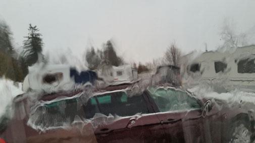 Blick durch das Wohnwagenfenster... Starkregen