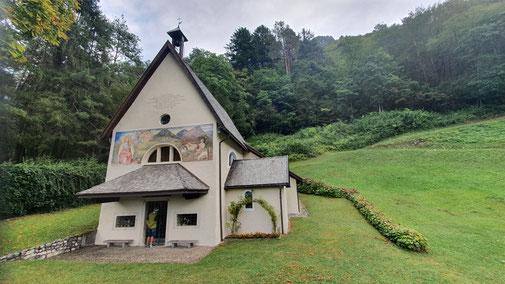 Eine hübsche Kapelle am Waldrand...
