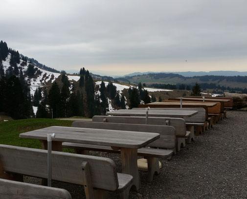 Am nächsten Morgen sind die Tische verlassen... Das geschulte Auge erblickt in der Bildmitte am Horizont den Bodensee