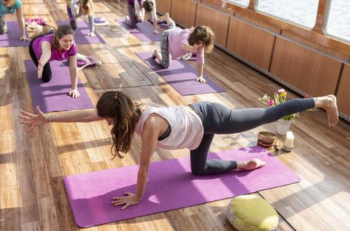 Yoga an Bord eines Alsterschiffes
