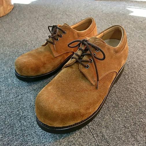 茶色の紳士靴。スエード靴。左右で脚長差がある。セメント製法。ビブラム社の靴底。
