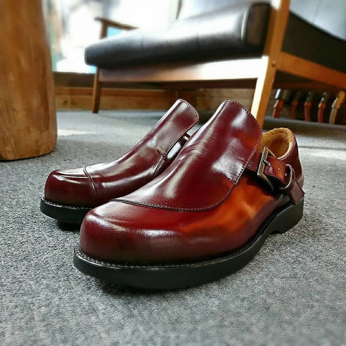 バーガンディの紳士靴。コードバンの靴。革が美しい。セメント製法。靴底は、ゴム底