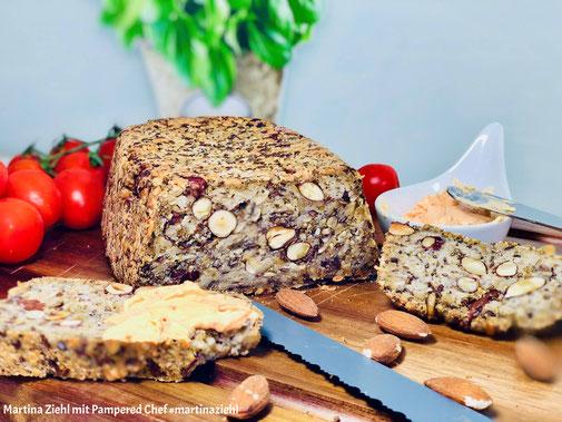 Heute habe ich ein Brot ohne Mehl und Hefe gebacken. Ein Low Carb Brot das aus Nüssen und Saaten gemacht wird. Gebacken natürlich im kleinen Zaubermeister und somit wieder ein super leckeres Brot. #martinaziehl #zauberhafteleckereien #pamperedchef