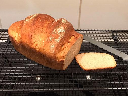 kleiner Zaubermeister Eine neue Größe für kleinere Portionen! Für kleine Brote, Braten & mehr. Außenmaß mit Deckel: ca. 15,6 cm hoch; 26 x 15,9 cm. Ca. 1,5 l.