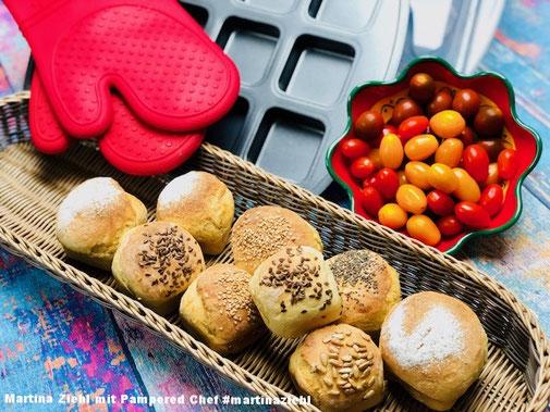 Frisch gebackene selbst gemachte Kartoffel-Buttermilch-Brötchen aus der Brötchenbackform der Brownieform von Pamperedchef #martinaziehl
