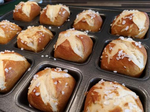 Brownieform von Pamperedchef - heute fluffige Laugenbrötchen selbst gebacken