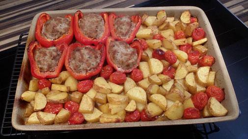 Hier sehen Sie ein leckeres gefüllte Paprika Rezept aus dem Backofen als Schmorrgericht mit Kartoffeln - zubereitet auf dem Ofenzauberer. Schmorre in Stein und du wirst begeistert sein :)
