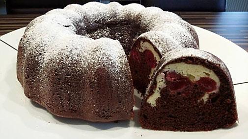 Leckeres Kranzkuchen oder Gugelhupf Rezept passend für die Kuchenform von Pampered Chef. Schokokuchen mit Frischkäse-Kirsch-Füllung
