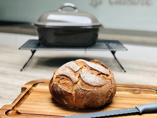Hier siehst du wie ich ein Weizenvollkornbrot im Pampered Chef Ofenmeister gebacken habe. Knusprig und saftig zugleich, einfach ein perfektes selbst gebackenes Brot