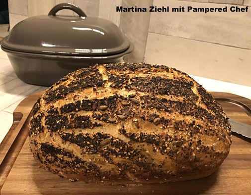 Hier siehst du das knusprige Weltmeisterbrot das ich im Ofenmeister von Pamperedchef gebacken habe. Martina Ziehl mit Pampered Chef - Beraterin aus Leidenschaft zum guten Brot backen.