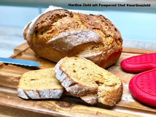 Ein tolles Steinbackofenbrot aus dem Pampered Chef Zaubermeister, jeder der frisches Brot gerne ißt, der kommt um das Schweizer Kastenbrot nicht drum herum - gebacken in Ton erhälst du ein knuspriges Brot das innen ganz fluffig ist. #martinaziehl #PC_Brot