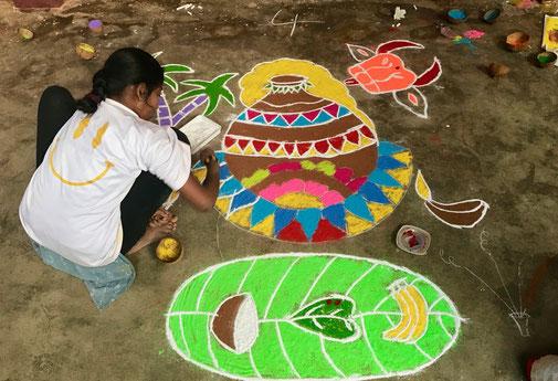 Die Pongal Spiele im Aum Pranava Ashram haben eine langjährige Tradition von Wettbewerben für die Kinder in den Bereichen Kreativität, Sport und Quiz. Das Bild oben zeigt Indhuja, 14 Jahre, beim Rangoli Wettbewerb. Unten weitere Rangoli Meisterwerke.